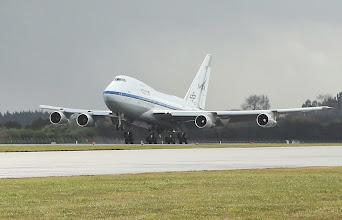 Photo: Welcome to NZ, SOFIA! Die fliegende #Sternwarte von #NASA & #DLR ist am 14. Juli 2013 um 12:11 Uhr Ortszeit (2:11 Uhr MESZ) trotz Regen, Sturm und Hagel sicher auf dem Flughafen von Christchurch, #Neuseeland gelandet. Mit an Bord waren 36 Mitglieder von Flugbesatzung, Mission Operating- und Wissenschaftsteam. Die umgebaute #Boeing 747SP war von Palmdale in Kalifornien gestartet und hatte nur einen kurzen Zwischenstopp in Hawaii eingelegt, um dort zu Tanken und die Aircrew auszutauschen.  SOFIA-Sonderseite: http://www.dlr.de/dlr/desktopdefault.aspx/tabid-10419  Deutsches SOFIA Institut: http://www.dsi.uni-stuttgart.de/  NASA: SOFIA Mission (engl.): http://www.nasa.gov/mission_pages/SOFIA/index.html  Bild: DLR (CC-BY 3.0). (AS)