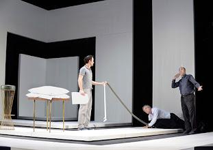 Photo: Wien/ Theater in der Josefstadt: KAFKA - EIN PROJEKT VON ELMAR GOERDEN. Premiere 25.4.2015. Regie: Elmar Goerden. Alexander Absenger, Toni Slama, Peter Kremer. Foto: Barbara Zeininger