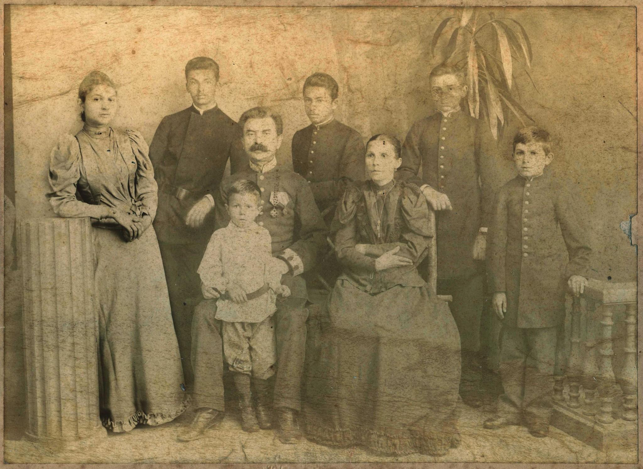 Photo: Хасидович Дмитрий Петрович с женой Марией Васильевной и детьми. Владимир стоит крайний справа.