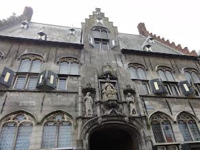Photo: Boven de poort Willem II, geflankeerd door de wereldlijke en kerkelijke macht.