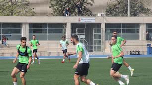 Luis Rioja conduce la pelota en el partidillo.
