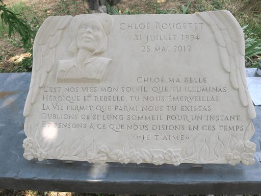 Pierre mortuaire mémorielle sculptée avec portrait en bas relief et épitaphe
