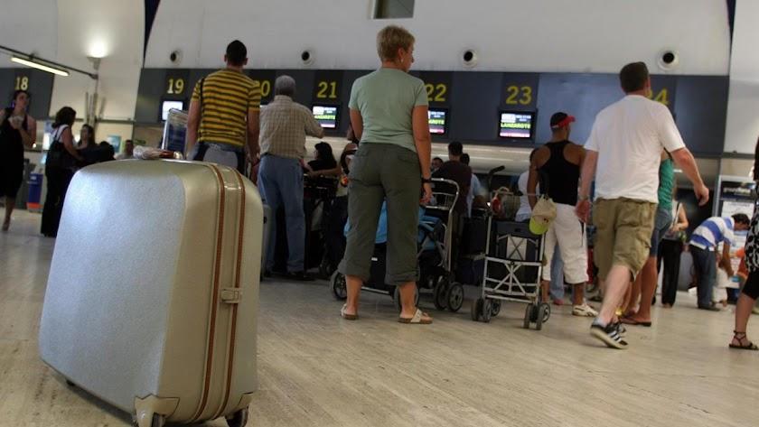 Imagen de archivo de una maleta en un aeropuerto.