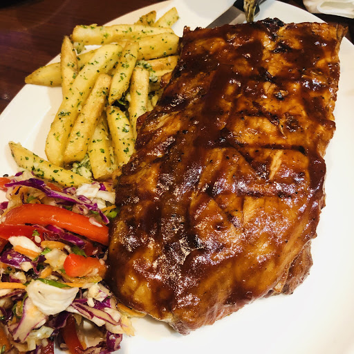 2019/3/9 晚上用餐  照燒檸檬雞力丁:這是一道很開胃的前菜,軟嫩的雞肉配上酸檸檬跟照燒醬,簡直是絕配!  BBQ豬肋排:完全沒有任何的豬腥味,肉質處理得當,完全同等溫德德式餐館的豬肋排。是必點