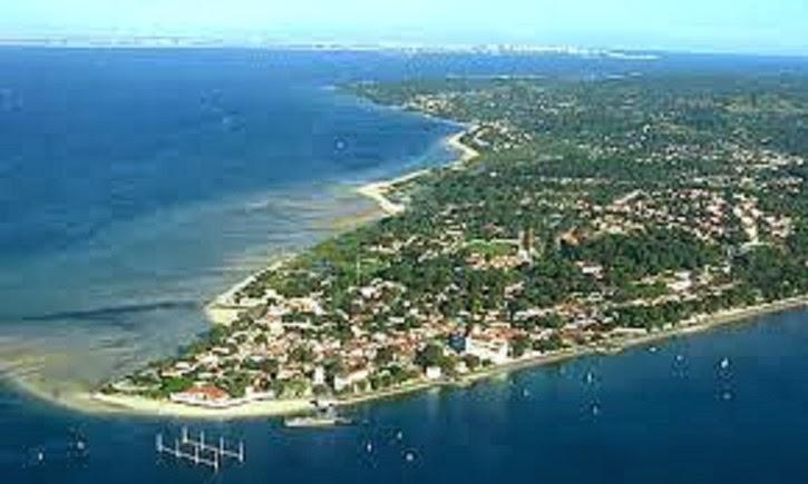 Photo: Vista aérea da cidade de Itaparica. Na parte baixa da imagem está llocalizada a praia do forte e um desmagnetizador de navios.