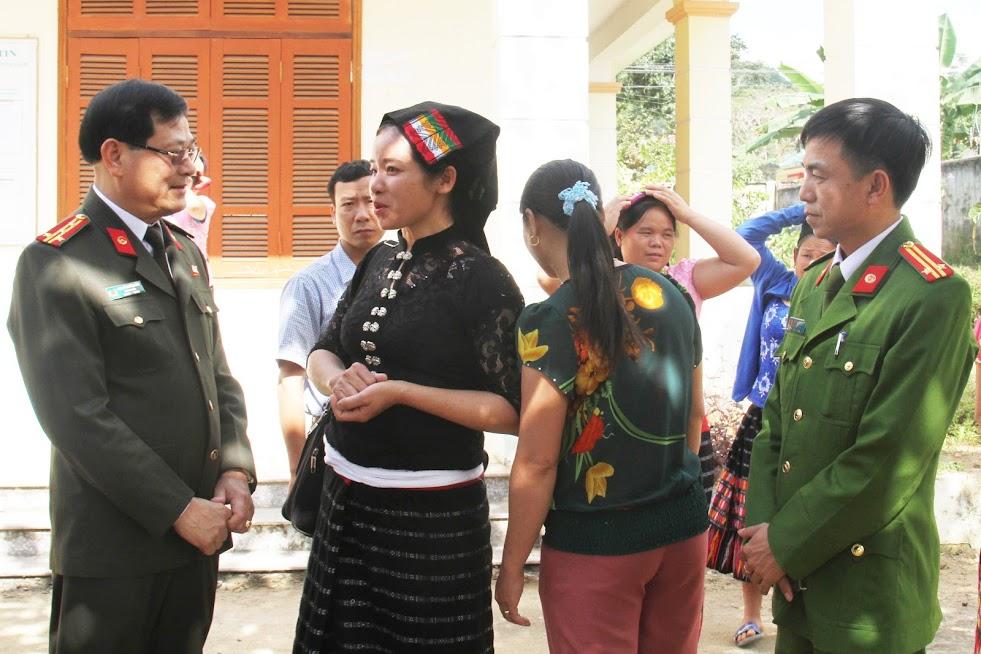 Đồng chí Đại tá Nguyễn Hữu Cầu, Uỷ viên Ban Thường vụ Tỉnh uỷ, Giám đốc Công an tỉnh lắng nghe ý kiến của nhân dân trong dịp tiếp xúc cử tri tại xã Lục Dạ, huyện Con Cuông