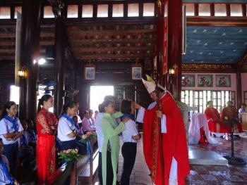 Đức Cha viếng thăm mục vụ và ban Bí tích Thêm Sức tại giáo xứ Hướng Đạo