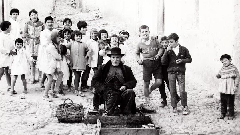 José Amadeo, vendedor de pescado, en Mojácar, junto a los niños de la escuela en una foto de 1962 de Francisco Ontañón.