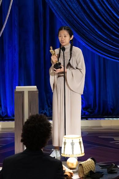 La directora Chloe Zhao, mejor directora por Nomadland.