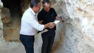 El alcalde de Arboleas  y el delegado de Cultura en la mina.