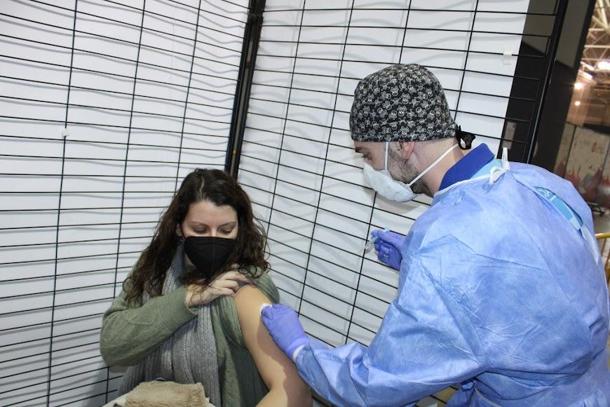 Recibiendo la vacuna.