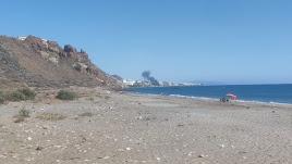 La columna de humo fotografiada desde las playas de Macenas.