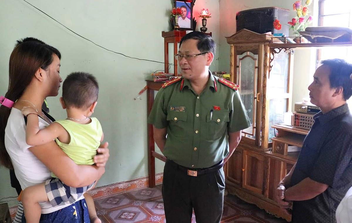 Đồng chí Đại tá Nguyễn Hữu Cầu thăm hỏi gia đình anh Vi Văn May (nạn nhân tử vong do nhà máy thủy điện Nậm Nơn xả nước không thông báo hôm 23/5) Thủy điện Bản Vẽ xả nước