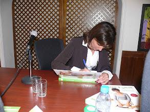 """Photo: الإختصاصية مونيك باسيلا زعرورأثناء توقيعها كتابها """" صحي وسريع """""""