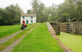Photo: La piste cyclable longe cet ancien canal bâtie entre 1828 et 1850. Ici, une maison où logeait le gardien de l'écluse et sa famille.