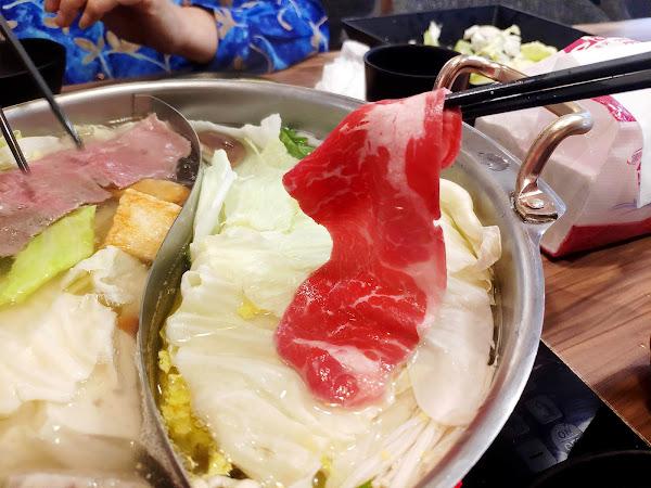 好久沒來沸騰吃火鍋了🙋 很喜歡它寬敞舒適用餐空間 食材新鮮,肉盤份量也超多 這對愛吃肉的我很滿足😋😂 飲料和明治冰淇淋無限享用 沸騰生意好一直有客人進來 建議避開用餐時段比較有位