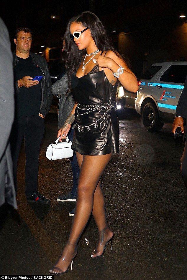 Rihanna con handchains