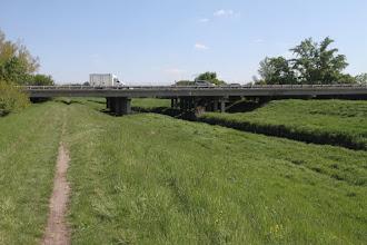 Photo: Už dlhšie som chcel ísť preskúmať možnosť, ako sa dostanem na bicykli z Vajnôr k Dunaju. Dnes nastal správny čas. Po JURAVe som došiel k Šúrskemu kanálu a po jeho hrádzi smerujem do Ivanky pri Dunaji. Križujem diaľnicu