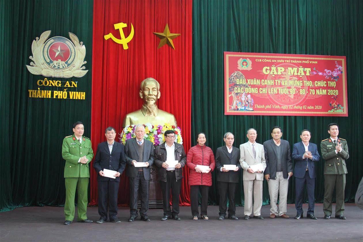 Đồng chí Đại tá Nguyễn Mạnh Hùng, Phó Giám đốc Công tỉnh cùng Lãnh đạo Công an TP Vinh, Ban Chủ nhiệm CLB tặng quà mừng và chúc thọ các hội viên tuổi 90, 80, 70
