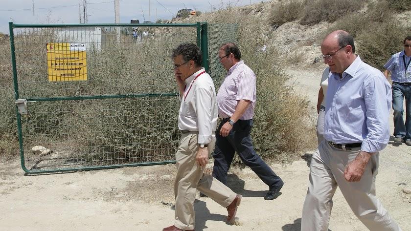 Visita de dirigentes al perímetro de tierras contaminadas de Palomares.