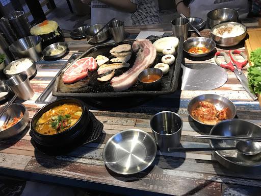 專人幫烤 不錯吃 小可續 價錢偏貴  多人共食可以吃比較多樣