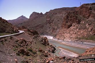 Photo: 14: El río Ziz serpentea entre las altas montañas que conforman la garganta, en ellas se puede apreciar perfectamente los estratos. Ziz significa gacela en bereber.