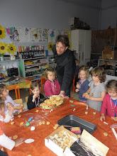 Photo: Door de regen kunnen de kinderen niet naar het wafelkraam. Dan komen de wafeltjes maar tot bij de kinderen!