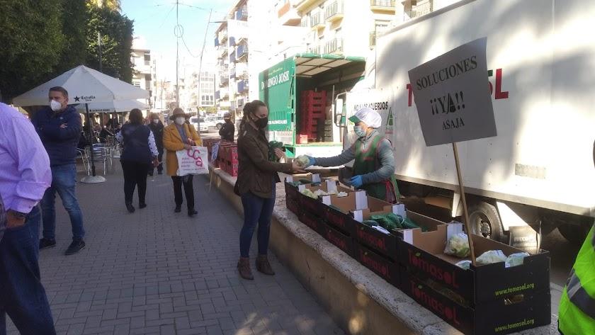 Reparto de verduras y hortalizas organizado por los agricultores en Cuevas del Almanzora.