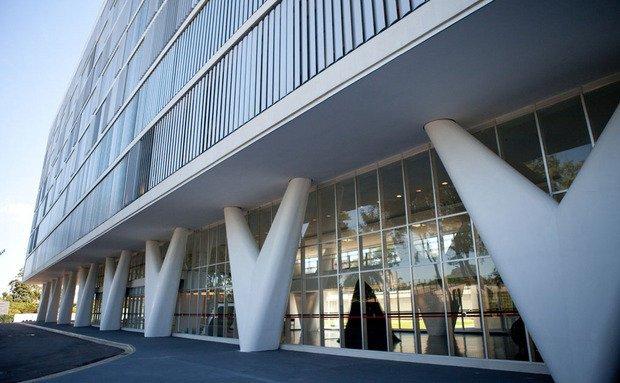 Vista da fachada do Museu de Arte Contemporânea, com pilares modernos e brancos em forma de V.