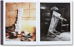 foto van vies fornuis met afwas en grote stapel eierdozen; een foto van een op z'n kant staande tafel