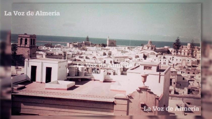 El recordado abogado almeriense Fausto Romero contaba que esta foto que él captó  tenía un extraño objeto que a la izquierda.