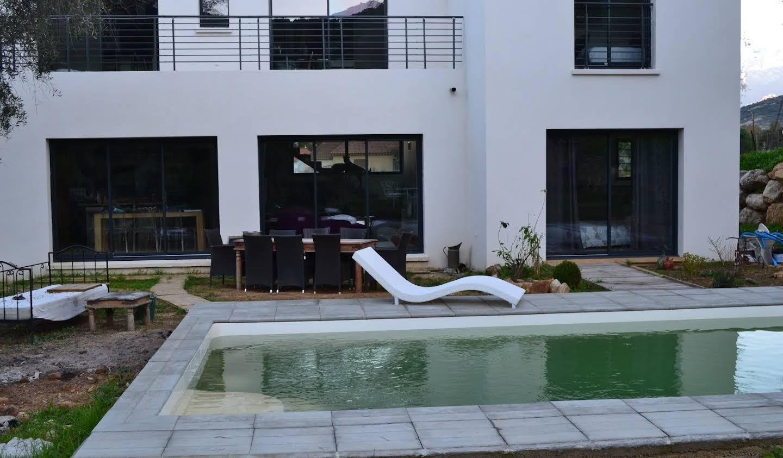 Maison contemporaine avec piscine en bord de mer Calvi