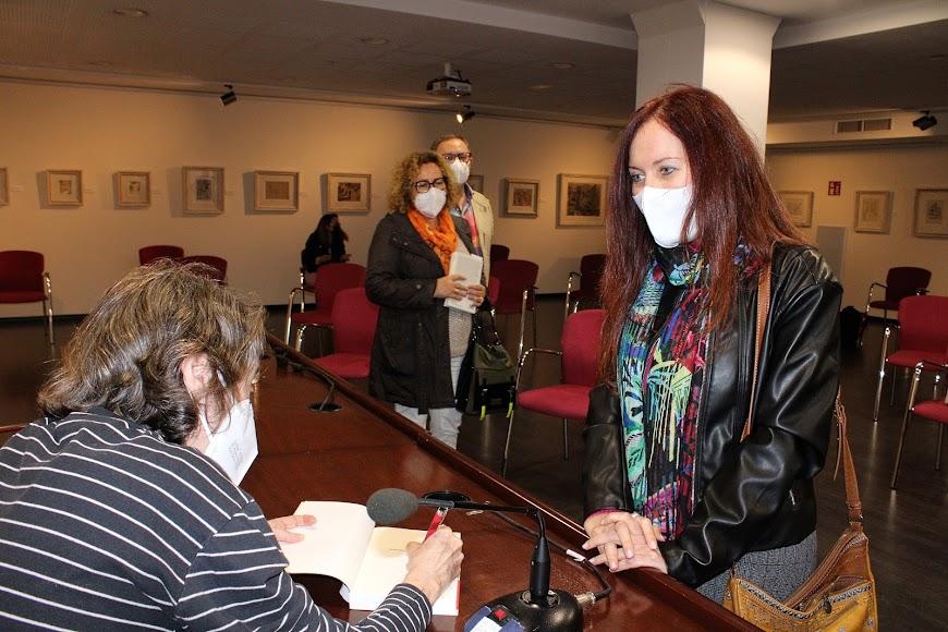 Tras participar en el acto llegó el momento de la firma de su libro.