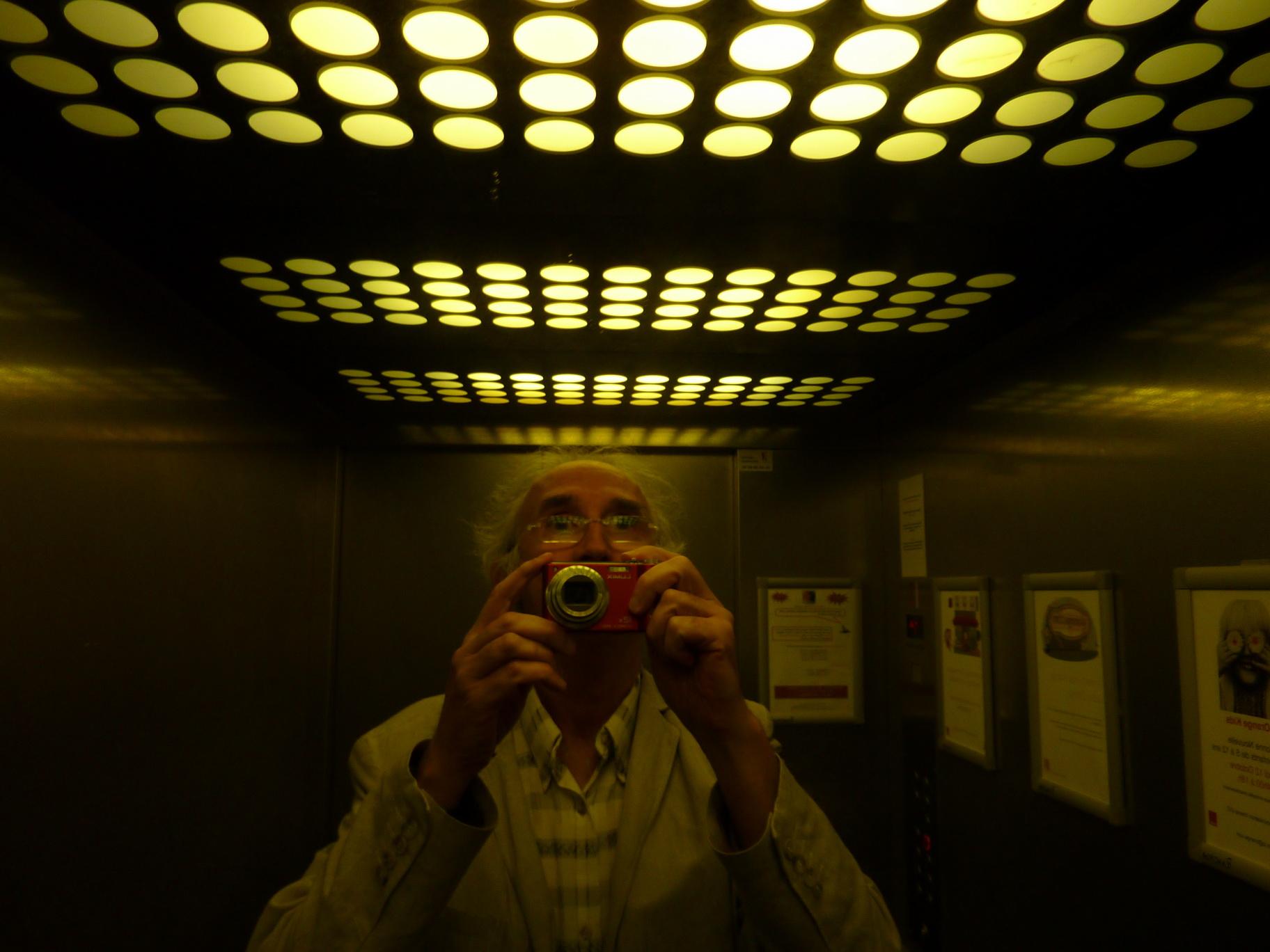 Photo: Autoportrait de l'ascenseur