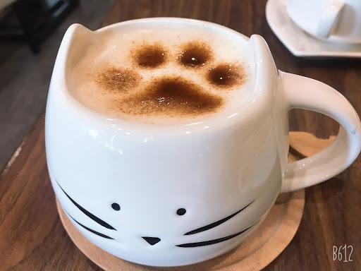 黑糖牛奶  很特別的餐廳 而且、裡面有ㄧ隻很可愛的貓貓喔!