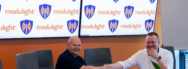 Mika Aro ja Modulightin toimitusjohtaja Seppo Orsila sopmuksen allekirjoitustilaisuudessa