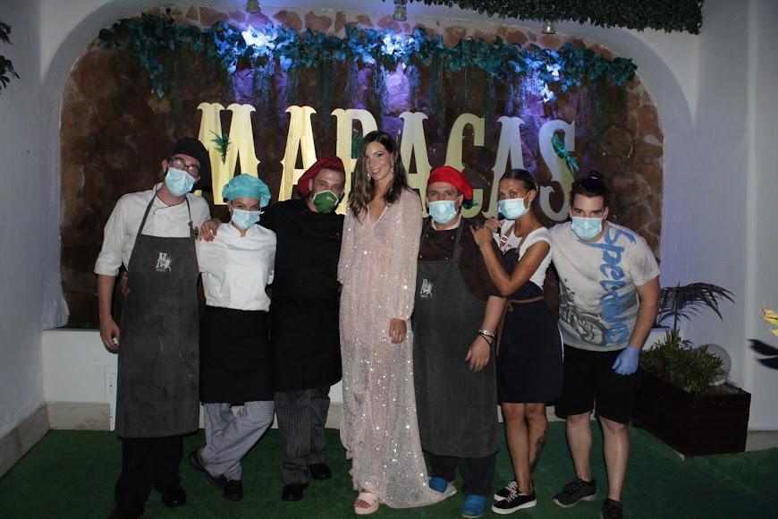 Jara con el personal de cocina de Maracas y el chef a la cabeza.