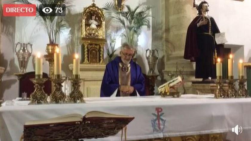 Captura de pantalla de una de las misas de Tomás Cano retransmitidas en Facebook.