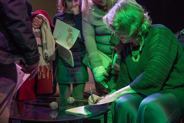 Isabel Guirao firmando ejemplares