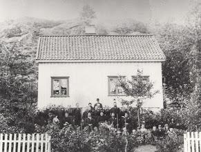 Photo: Oygarten ~1800 family of John Stenersen's wife Ingeborg Halversdtr.Oygardens