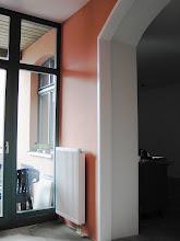 Photo: Übergang eines Besprechungsbereiches zum Büroteil. Der Boden wurde noch mit einen hellen Teppichboden ausgelegt.