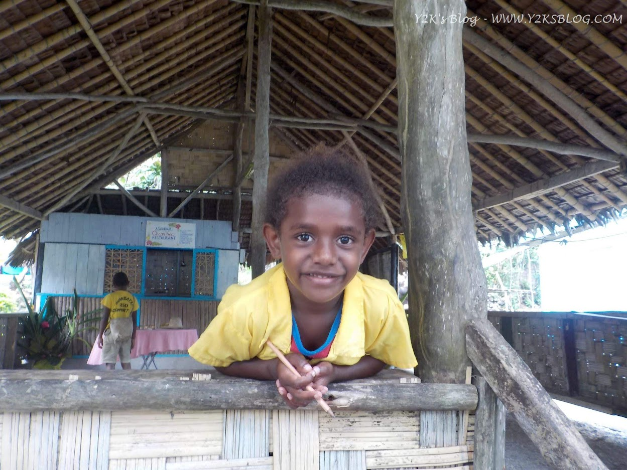 Una bimba appena tornata da scuola - Maewo