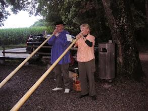 Photo: Chistine und Emil Boschong beim Alphornvortrag