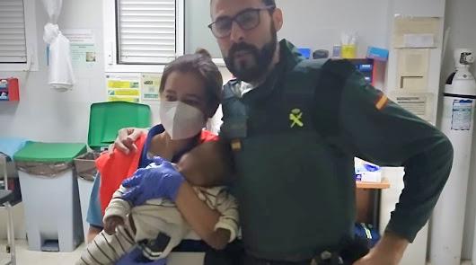 Salvan la vida a un bebé asfixiado tras tragarse el tapón de un botellín