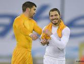 Vriendschappelijk: Ryan en Troisi houden wereldkampioen in bedwang