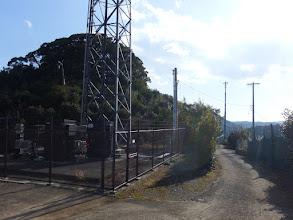電波塔の脇を通り