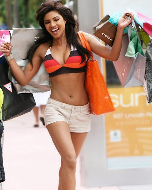 Priyanka Chopra in shorts, Priyanka Chopra navel, Priyanka Chopra hot in dostana