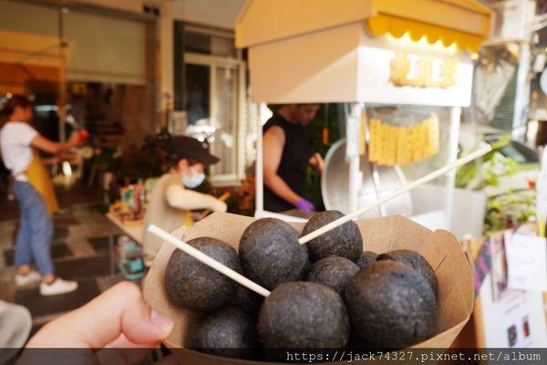 審計新村必吃美食:巨無霸黑心地瓜球,一份只要50元,外皮酥脆,裡頭Q彈有嚼勁,原味就非常好吃,就算放冷也不走味!