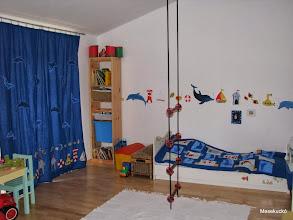 Photo: szobafestés ágytakaróval és függönyökkel