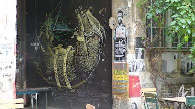 Photo: ALIS & SU MUNDO SE DERRUMBA - Ihre Welt bricht zusammen